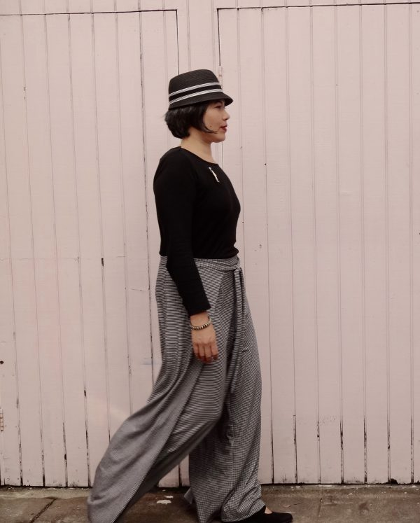 Vogue 9191 - Wrap pants in houndstooth jersey -right view - V9191