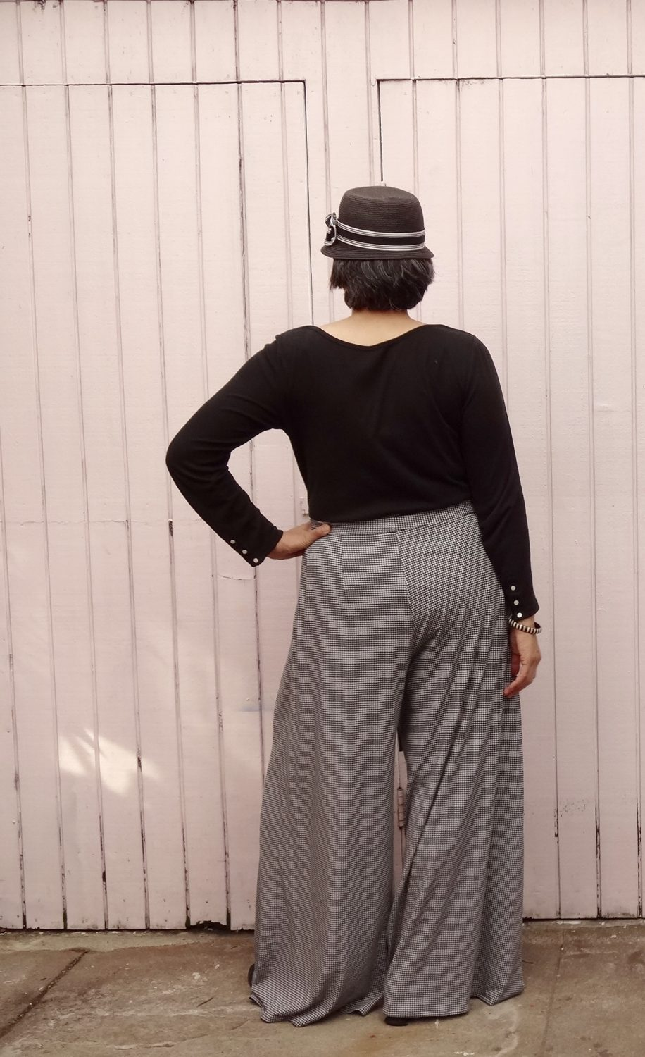 Vogue 9191 - Wrap pants in houndstooth jersey - back view - V9191
