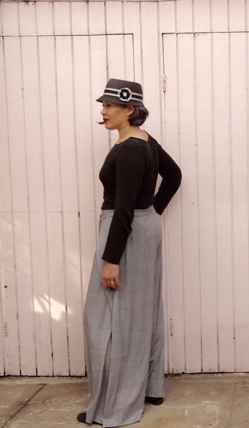 Vogue 9191 - Wrap pants in houndstooth jersey - left view - V9191